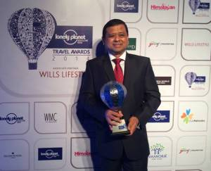 Mr Manoharan Periasamy, Director, Tourism Malaysia, India, with the Lonely Planet Trophy