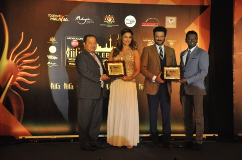 Bipasha Basu And Anil Kapoor with Zulkefli Hj Sharif CEO MyCEB & Tony Nagamaiah - General Manager, Malaysia major Events at the IIFA Awards Malaysia 2015 Press conference (2)