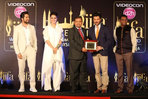 L-R- Ayushmann Khuranna, Neha Dhupia, Manoharan Periasamy-Director India- Tourism Malaysia, Anil Kapoor, Tony Nagamaiah- General Manager- Maysia major events