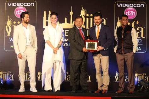 L-R- Ayushmann Khuranna, Neha Dhupia, Manoharan Periasamy-Director India- Tourism Malaysia, Anil Kapoor, Tony Nagamaiah- General Manager- Maysia major events
